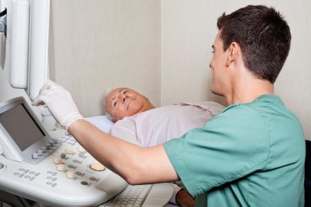 sonograma: Paciente Mirando a la pantalla de la m?quina de ultrasonido s