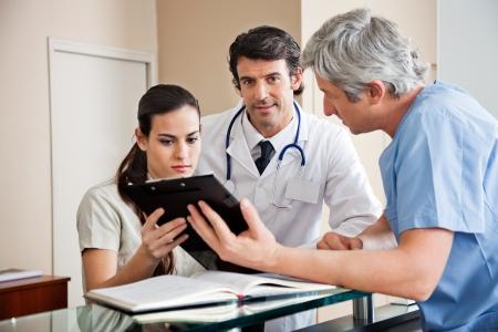 secretaries: Profesionales de la medicina, en la recepci�n Foto de archivo