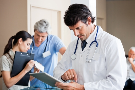 male doctor: Dottor Male Utilizzando Ultramobile Archivio Fotografico
