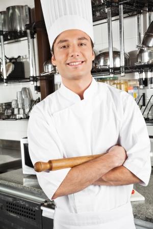cocinas industriales: Permanente Chef Feliz Con Los Brazos Cruzados Foto de archivo