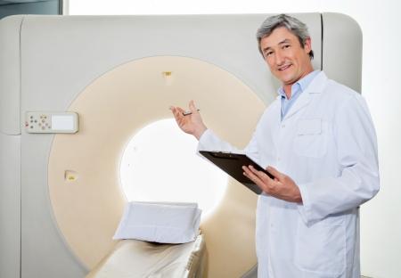 equipos medicos: Médico Masculino Presentación La Máquina CT Scan