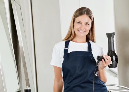 secador de pelo: Estilista con secador de pelo Salón
