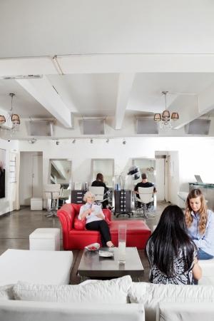 salon beaut�: Manucure client d'avoir de gens qui attendaient Dans Salon Banque d'images