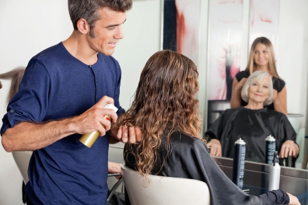 stilist: Müşterinin s Saç Kurma Hairstylists Stok Fotoğraf