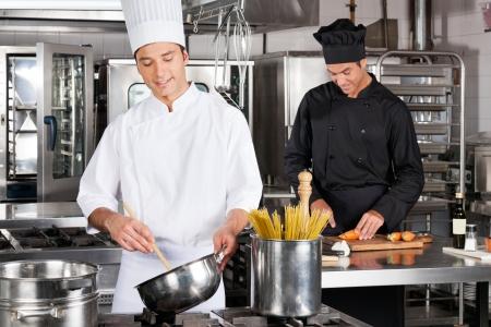cocinas industriales: Chefs Feliz Preparar comida Foto de archivo