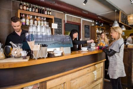contadores: Mujer camarero sirviendo caf� al Cliente en contra