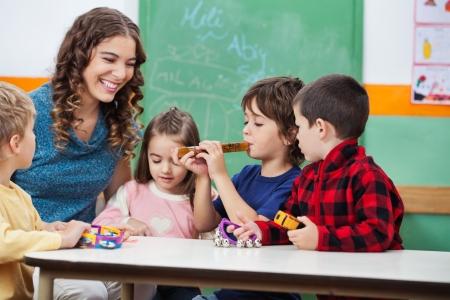 maestra preescolar: Maestro con los niños que tocan los instrumentos musicales