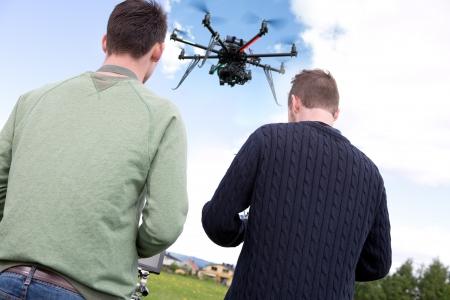 pilotos aviadores: Piloto y fotógrafo con la fotografía Drone Foto de archivo