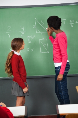 femme professeur: Enseignante enseignement des math�matiques � l'adolescence �coli�re