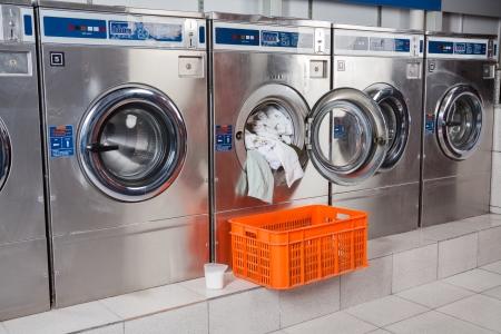 lavanderia: Lavadora sobrecargado con ropa