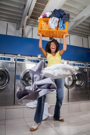 lavando ropa: Mujer que grita en el ejercicio sobrecargado cesta de lavadero