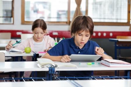 Školák pomocí digitální tablet v učebně Reklamní fotografie - 21220811