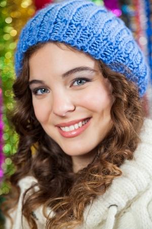 bureta: Primer retrato de mujer joven y hermosa en la tienda de la Navidad