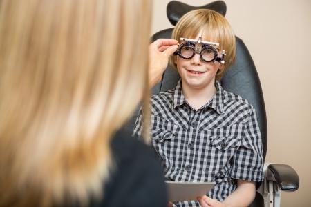 determining: �ptico Mujer determinar los valores de receta con marco optom�trico para el muchacho en la tienda