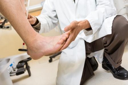 pies masculinos: Secci�n baja de m�dico las pruebas de tal�n de Aquiles del paciente