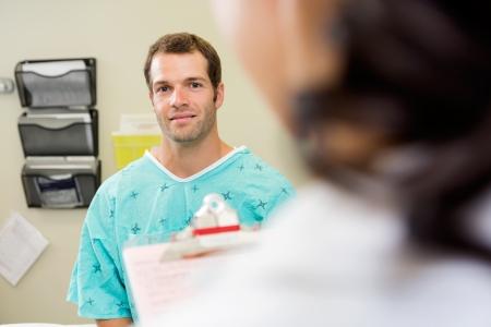 Retrato de paciente de sexo masculino con el médico en primer plano en el hospital Foto de archivo