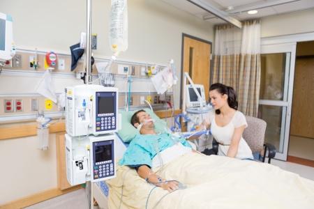 病院で重要な患者を見て心配している若い女性