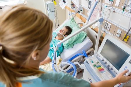 간호사는 환자가 병원 침대에 누워 모니터의 버튼을 눌러의 높은 각도보기 스톡 콘텐츠