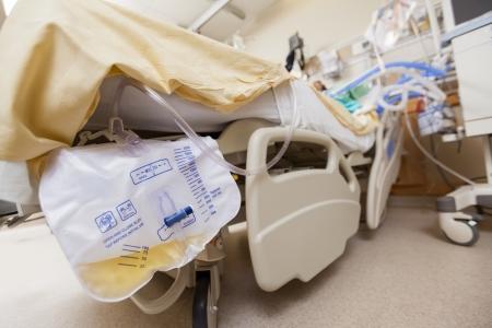 Primer plano de la bolsa de orina adjunta a la cama en el hospital Foto de archivo