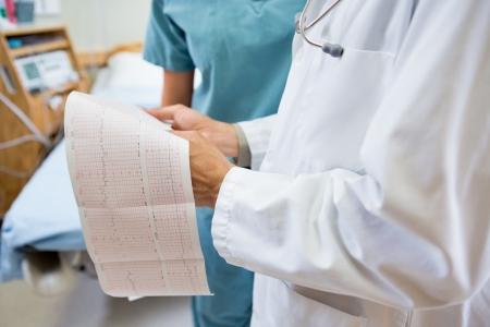 fetal: Sezione centrale di medico e infermiere con rapporto di battito cardiaco fetale in ospedale