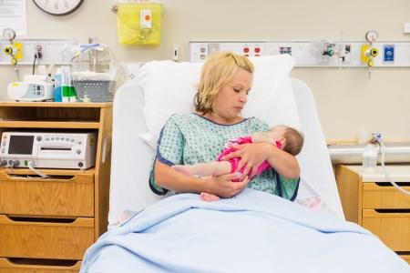 sala parto: La metà degli adulti madre cerca di amore al neonato ragazza mentre era seduto sul letto in ospedale