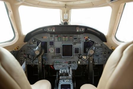 航空機: 民間ビジネス ジェット機のコックピット