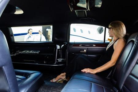 mujer elegante: Integral de la mujer elegante en limusina a la terminal del aeropuerto