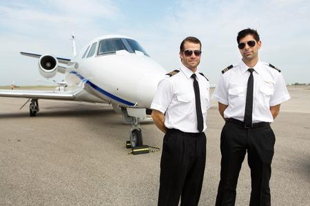 piloto: Retrato de los pilotos de confianza de pie delante de avión privado Foto de archivo