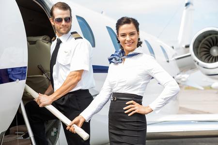 cabaña: Retrato de la hermosa azafata con el jet privado de embarco del práctico