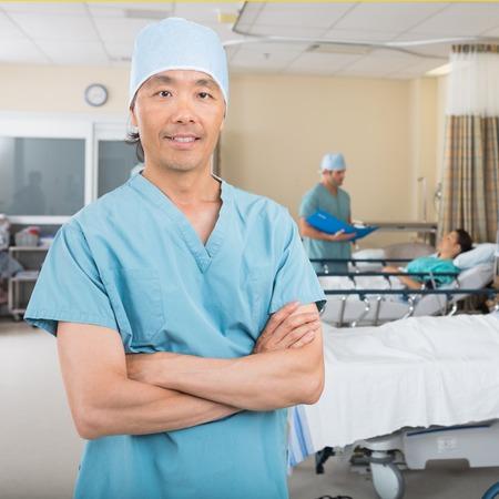 enfermera con cofia: Retrato de confianza medio adulto hombres enfermera permanente en sala de hospital
