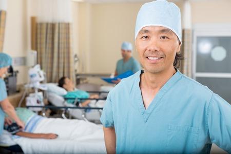 enfermera con cofia: Retrato de la sonrisa hombres enfermera permanente en sala de hospital