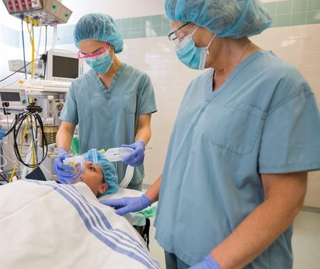 enfermera con cofia: Las enfermeras que preparan paciente antes de la operación en el hospital Foto de archivo