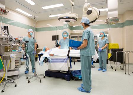 Squadra chirurgica preparazione per sugery in sala operatoria