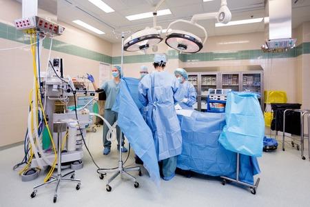Chirurgisch team die op de patiënt in het theater in het ziekenhuis