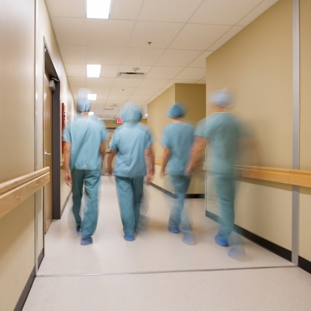 病院の廊下を歩いて医療チームのぼやけの動き