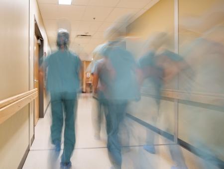 séta: Homályos mozgás orvosok és ápolók séta kórházi folyosón
