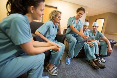 Equipe medica multietnica con tavoletta digitale in sala il personale dell'ospedale
