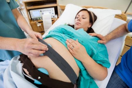 fetal: Particolare del monitor elettronico fetale essere attaccati alla donna in travaglio Archivio Fotografico