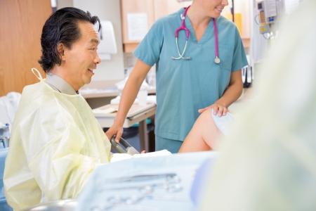 sala parto: Medico maschio dando una buona notizia alla madre durante il parto
