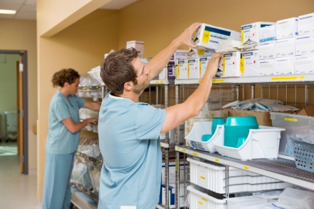 看護師は病院倉庫で在庫を配置