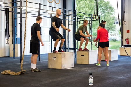 Gli atleti che esercitano in palestra
