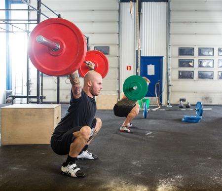 fit on: Los atletas masculinos en Cross Gimnasio Box
