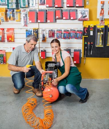 compresor: Vendedora Ayudar al Cliente En Uso del compresor de aire