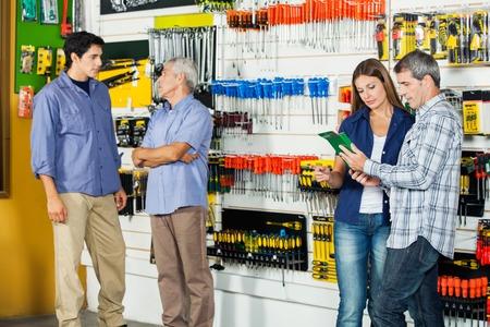 Clienti In Hardware Store