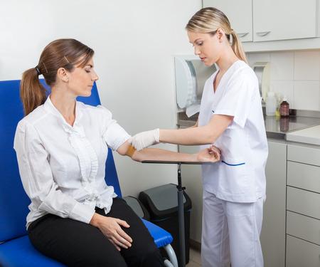 Infermiere preparazione Imprenditrice Per Blood Test Archivio Fotografico