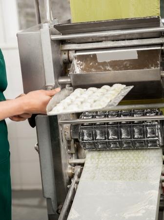 cocinas industriales: Bandeja Holding Chef Con Ravioli Pasta Por Machine