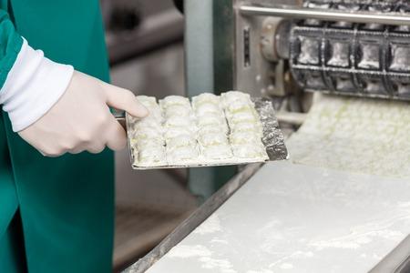 cocinas industriales: Bandeja Pasta Chef Holding Ravioli Por Machine