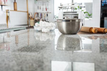 canicas: Ingredientes en Mesada de M�rmol En Cocina comercial Foto de archivo