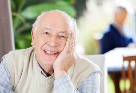 haushaltshilfe: Portrait eines gl�cklichen Senior Mann Am Pflegeheim Lizenzfreie Bilder