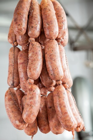 carnicer�a: Embutidos Colgantes En Carnicer�a Foto de archivo